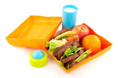 lunchen: Gezonde lunchbox met volk oren brood, melk en groenten