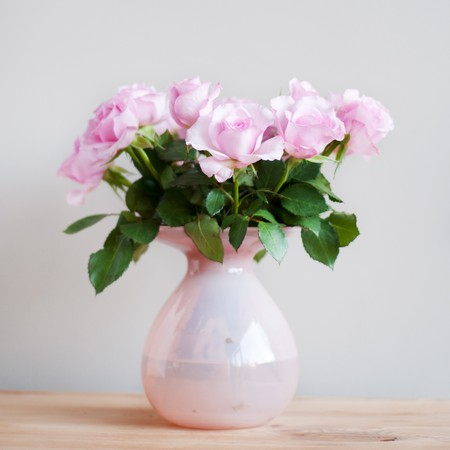 glass vase: Bouquet pink roses in vase in interior Stock Photo