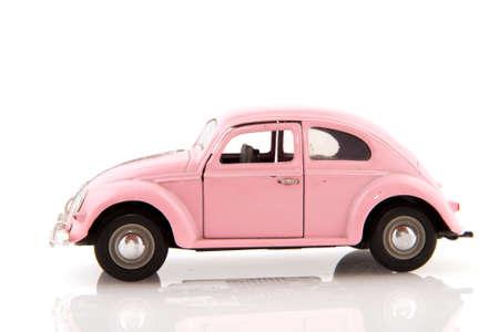 carritos de juguete: Rosa coche para la boda aislada sobre blanco  Foto de archivo