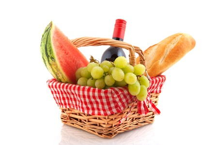 canastas con frutas: Cesta de picnic llenado de comida sana y vino