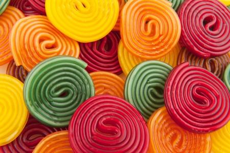 �sweets: gota de caramelos de regaliz coloridos rollos como fondo  Foto de archivo