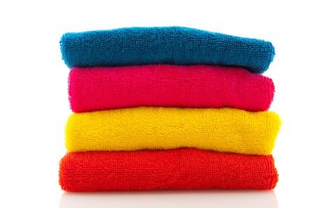 strandlaken: stack met kleurrijke gevouwen hand doeken geïsoleerd over Wit  Stockfoto