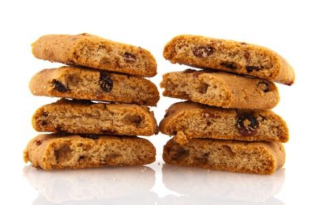 pasas: chuncks de cookies frescas con pasas aislados sobre blanco