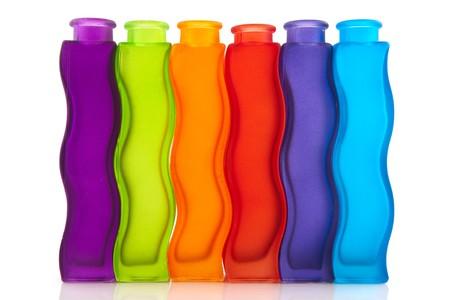 De moderne, kleurrijke glazen vazen op wit wordt geïsoleerd