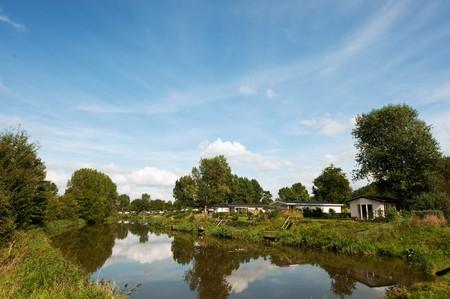Park met nieuwe woonplaats woningen voor recreatieve doeleinden in de buurt van de rivier