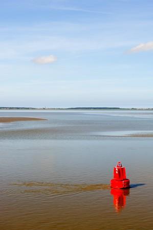 ebb: Czerwony sygnał na morzu podczas ebb pływów w krajobrazie Holandii wody