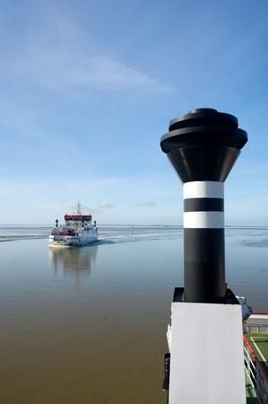 ebb: Promy przekraczania podczas ebb w krajobraz holenderski wody Zdjęcie Seryjne