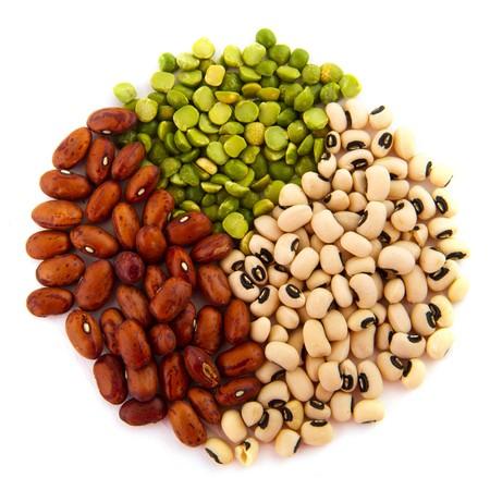 leguminosas: Varias legumbres secas aisladas sobre fondo blanco  Foto de archivo