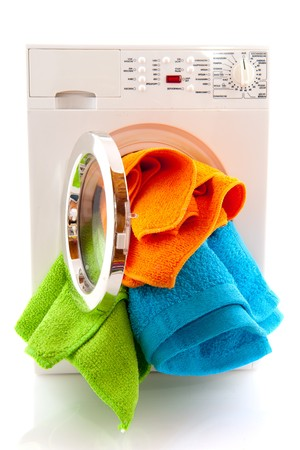 machine � laver: Laverie avec la lessive color� isol� sur blanc  Banque d'images