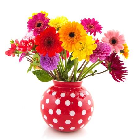 Boeket van Dahlia bloemen in rode gestippelde vaas  Stockfoto