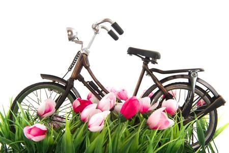 Oude vrouwelijke fiets boven wit geïsoleerd staan