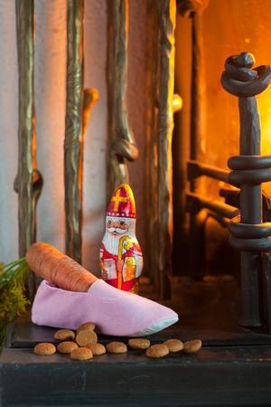 sinterklaas: Sinterklaas Schuh mit Karotte f�r das Pferd in der N�he der Kamin Lizenzfreie Bilder