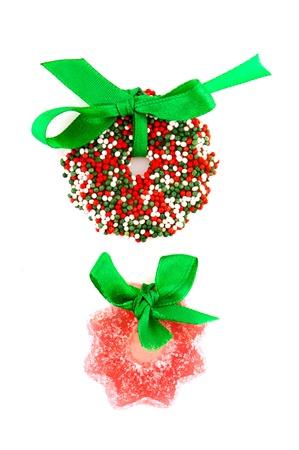 coronas de navidad: Candy Christmas coronas con cinta verde aislados sobre blanco