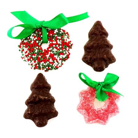 coronas navidenas: Candy Christmas coronas con cinta verde aislados sobre blanco