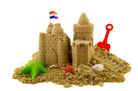 chateau de sable: Sandcastle � la plage en vacances isol� sur blanc