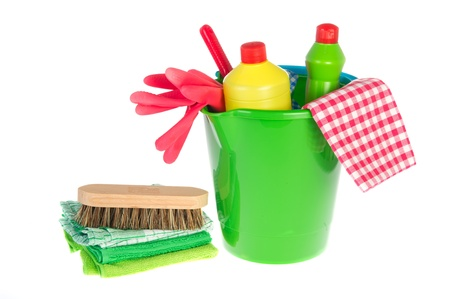 schoonmaakartikelen: Reinigingsproducten als flessen vloeistoffen borstels en bleekmiddel Stockfoto