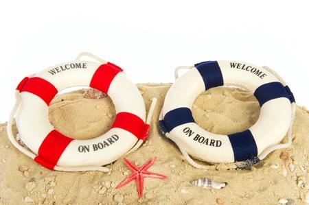 boyas: Dos boyas de vida con la bienvenida a bordo en la arena