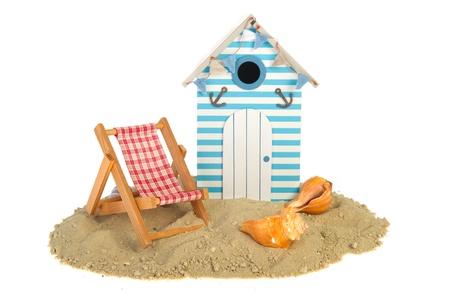 cabane plage: �t� hutte de plage avec chaise et coquilles
