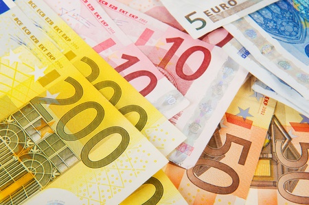 valuta: Many different Euro banknotes with big valuta