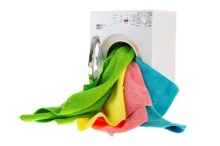 lavadora con ropa: Lavander�a blanco con coloridos landry en puerta abierta Foto de archivo