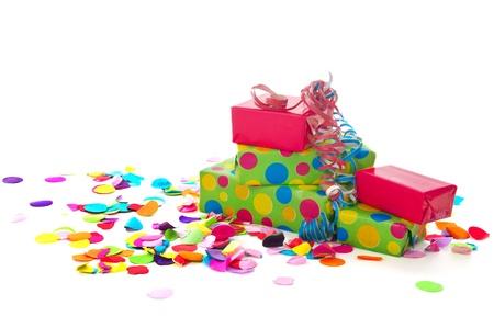 Kleurrijke verjaardag presenteert met papier confetti op een witte achtergrond Stockfoto