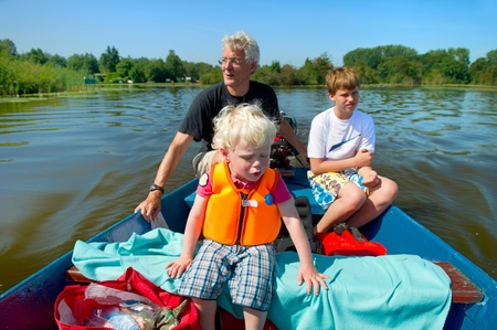 plassen: Grandfather is with the motorboat with grandchildren