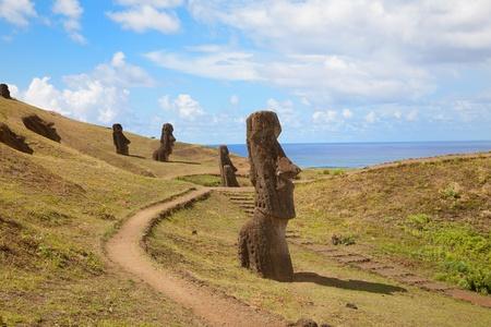 moai: Costa de Isla de Pascua con algunas estatuas