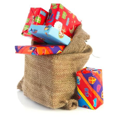 sinterklaas: Jute-Tasche voller niederl�ndischen Sinterklaas pr�sentiert mit neutralen Packpapier