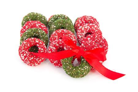 coronas navidenas: Coloridas guirnaldas de Navidad de chocolate aisladas sobre fondo blanco Foto de archivo