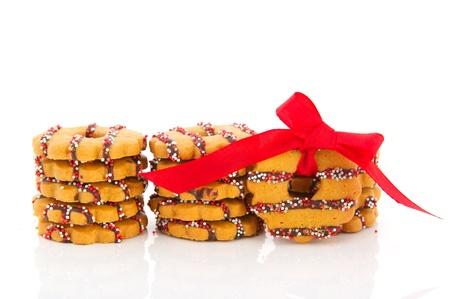 coronas navidenas: Coronas de galletas de Navidad apilados y aisladas sobre fondo blanco