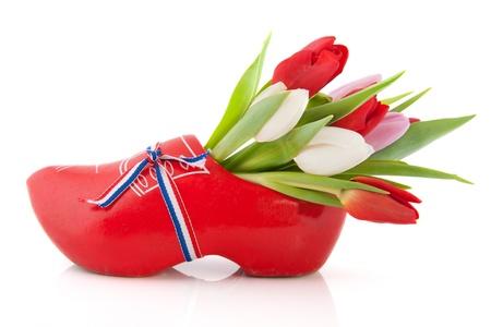 Typisch Nederlands houten klomp met tulpen Stockfoto