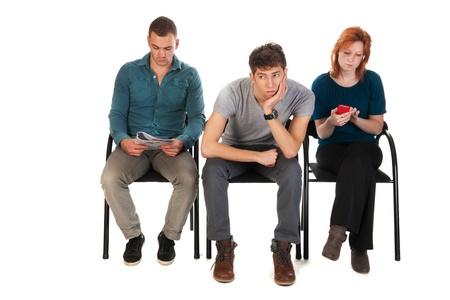 gente sentada: Los j�venes est�n esperando en una habitaci�n