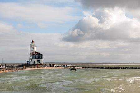 Witte vuurtoren aan de Nederlandse kust in Marken