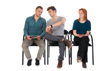 Junge Menschen werden lange Wartezeiten in einem Raum