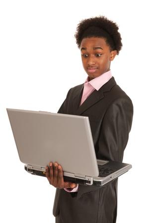 black business man: Homme d'affaires noir avec un ordinateur portable cherche surpris
