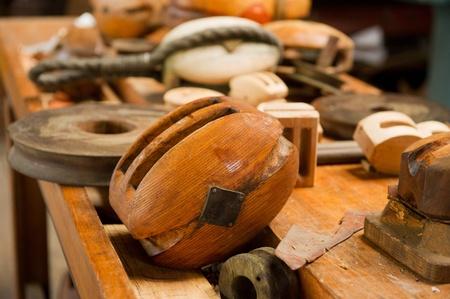 poleas: Antiguo poleas de madera por la que se en la mesa