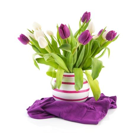 mazzo di fiori: Bouquet di tulipani bianchi e viola in vaso strisce Archivio Fotografico