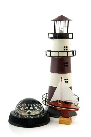 puntos cardinales: Náutico barco compassand faro en la naturaleza muerta