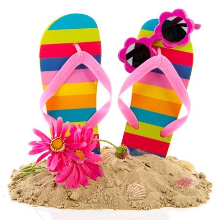 Urlaub am Strand mit Flip-Flops und Blumen