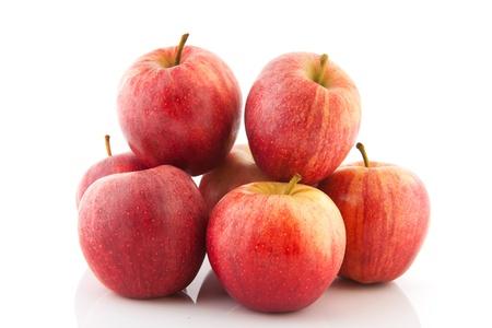 manzana roja: Pila de frescas manzanas rojas aisladas sobre fondo blanco Foto de archivo