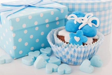 Blaue Baby geboren Cupcake und Geschenke