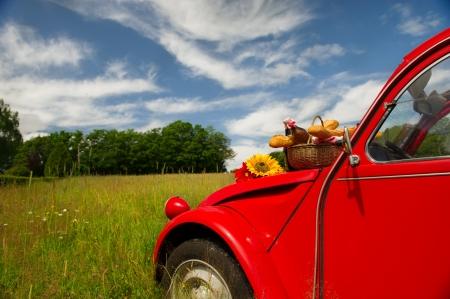Typische Französisch Auto mit Brot und Wein zum Picknick