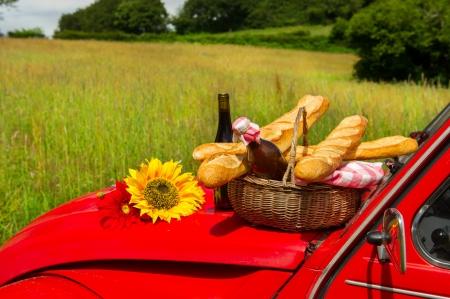 Typische Franse auto met brood en wijn voor een picknick Stockfoto