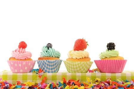 白い背景で隔離された品揃えフルーツ カップケーキ 写真素材
