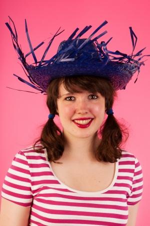tailes: Ritratto di una giovane ragazza con cappello tropicale rosa