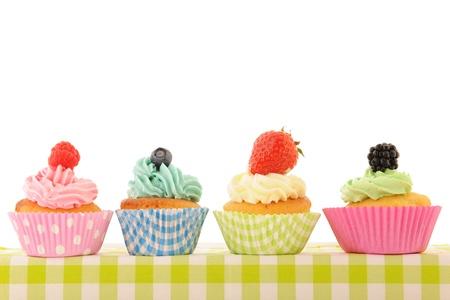 kontrolovány: Sortiment ovoce cupcakes izolované nad bílým pozadím Reklamní fotografie
