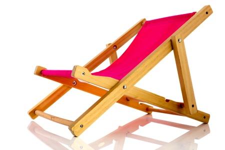 strandstoel: Lege roze strand stoel geà ¯ soleerd op witte achtergrond