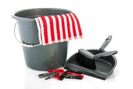 cleaning products: Objetos del hogar con pinzas para la ropa de tela y un cubo Foto de archivo