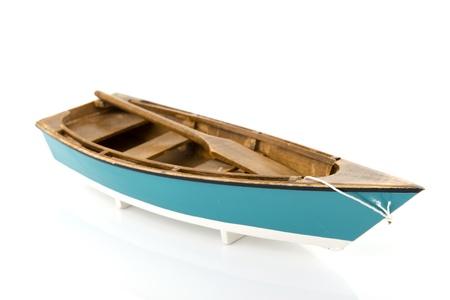 bateau de peche: Bateau d'aviron bleu isol� sur fond blanc Banque d'images