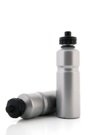 ciclo del agua: Dos botellas de agua deportivos grises aislados en botellas blancas